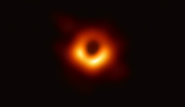Ученые показали первое фото черной дыры
