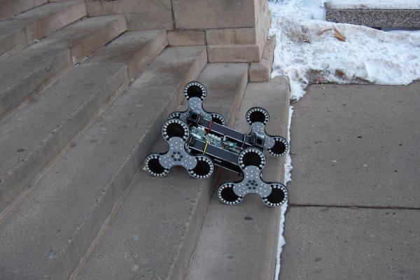 Четвероногий робот забрался на вертикальную лестницу