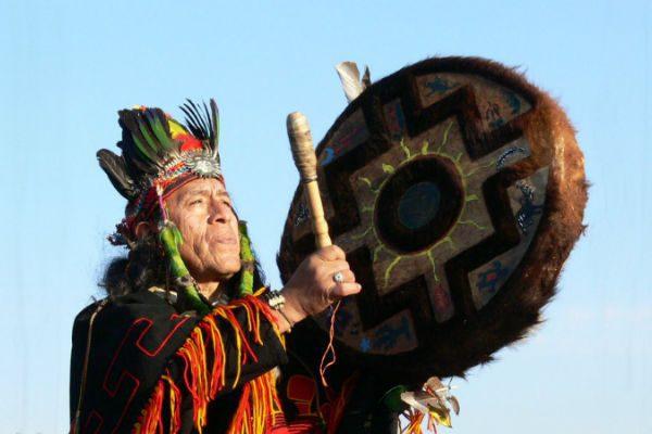 Зачем шаманы поливают бубны водкой?