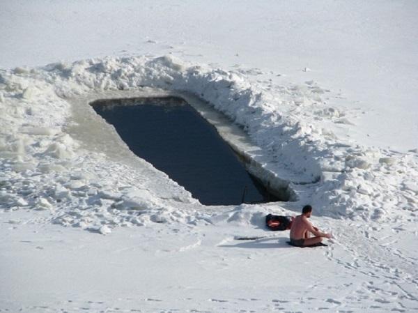 Якутский долгожитель купается в проруби в 40-градусный мороз