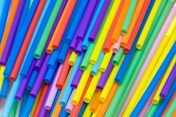 Отказ от пластиковых соломинок для напитков стал новым экологическим трендом