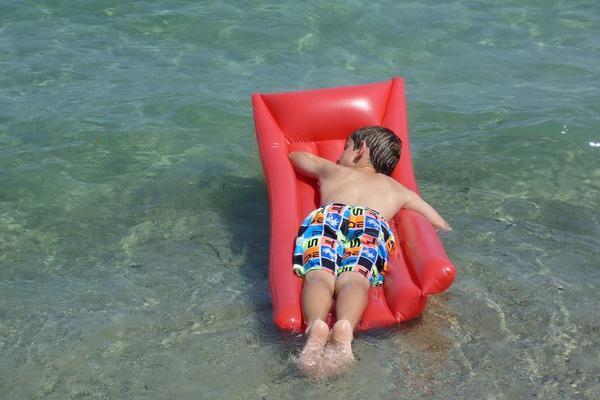 Власти Анапы запретили отдыхающим купание с матрасами в море