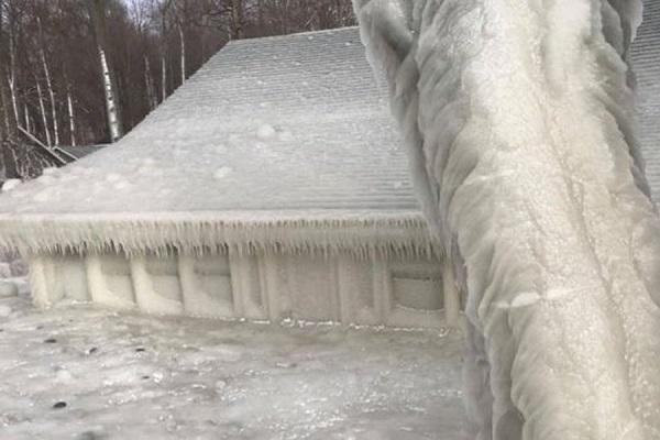 Жилье на побережье Онтарио покрылось льдом