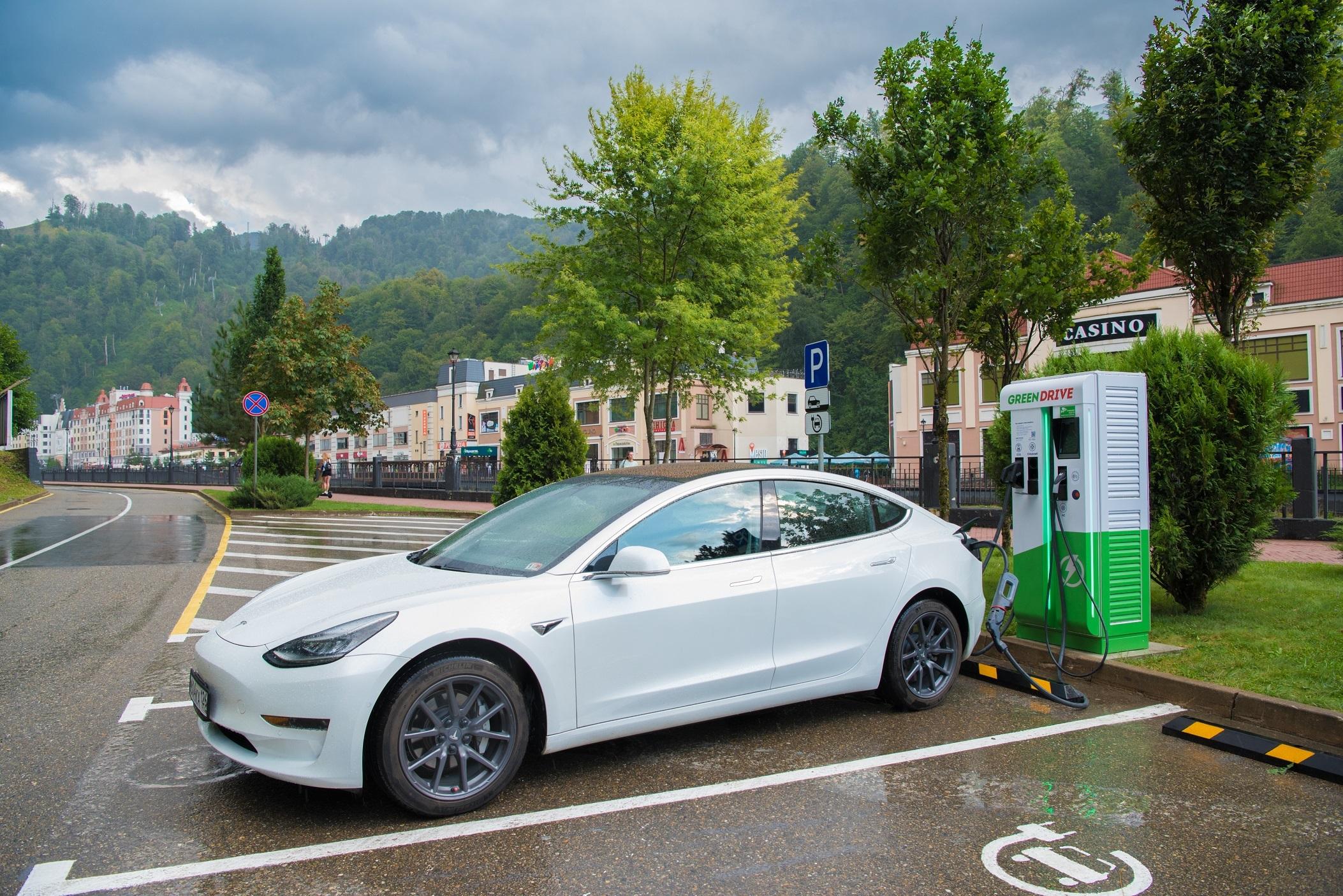 В горах Сочи открыли первую сеть быстрых электрозаправочных станций