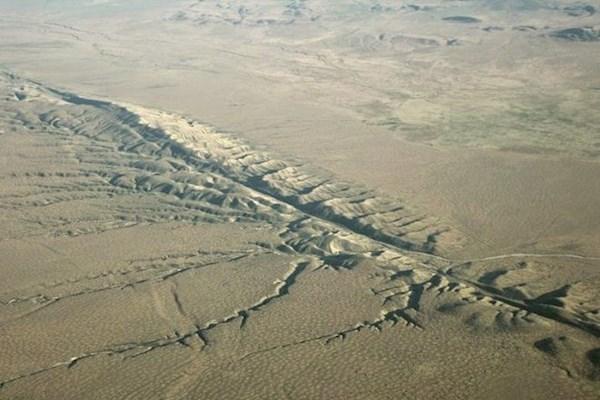 Огромное количество воды поглощается через тектонические линии разломов планеты