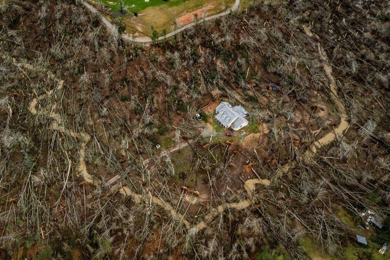Торнадо вырвал с корнями деревья, но дом не тронул