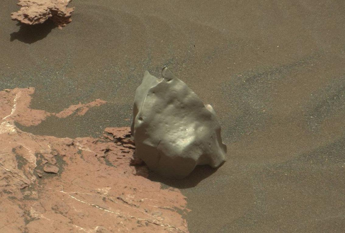 Марсоход обнаружил на Красной планете необычный предмет