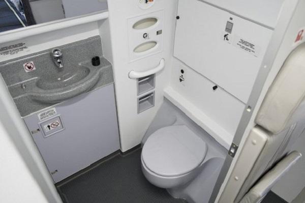 Специалисты разработали новую систему смыва для туалетов в самолетах
