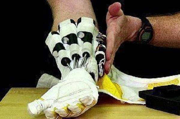 Ученые создали перчатку для лечения после инсульта