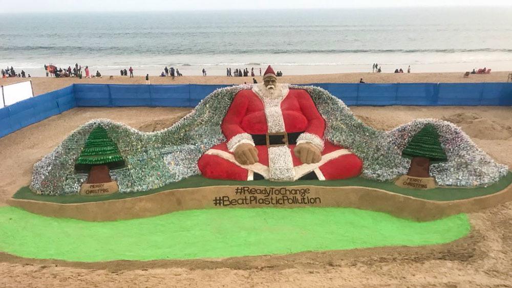 В Индии скульптор создал Санта-Клауса из 10 тысяч пластиковых бутылок
