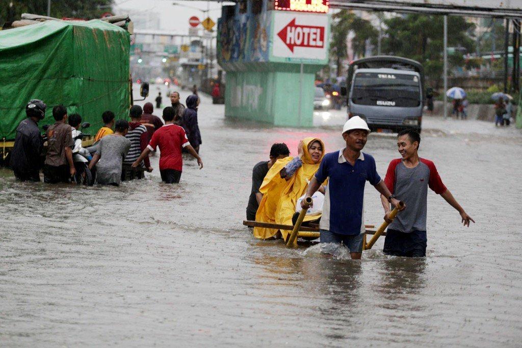 Сотни домов оказались затоплены в результате наводнения в Индонезии