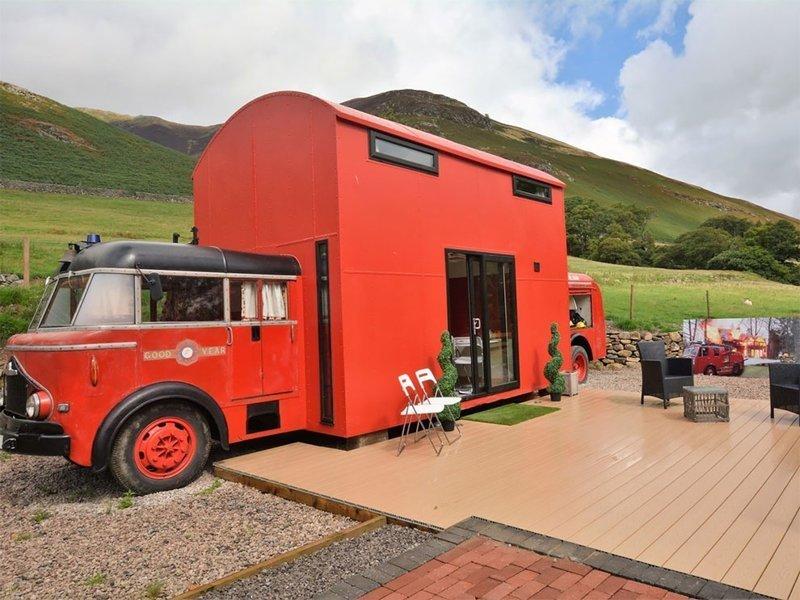 Дизайнеры создали комфортный гостевой дом из пожарной машины