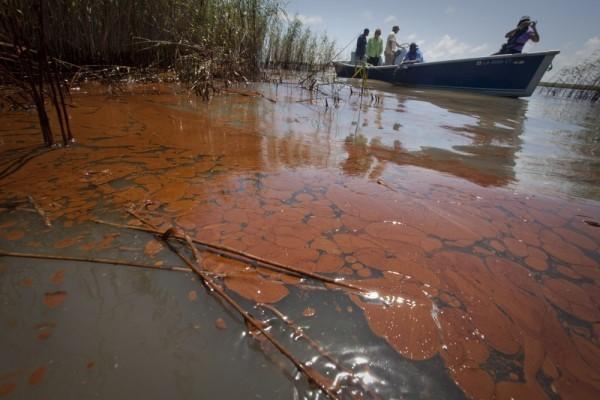 В Нижнем Новгороде в Волге собрали свыше 600 литров нефтепродуктов