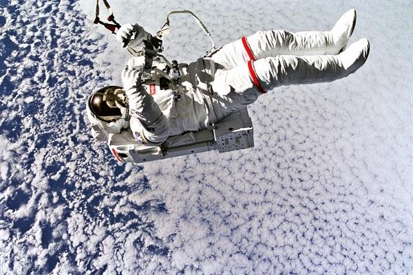 Об астронавтах, которые в полете работают, спят, едят и разговаривают с Землей