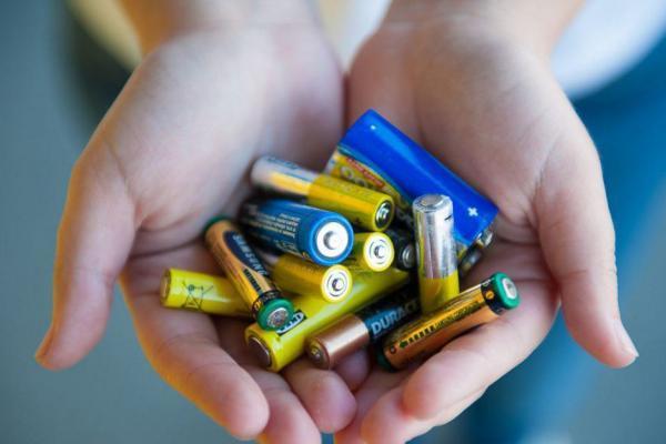 Эксперт рассказал о мнении компаний об утилизации батареек