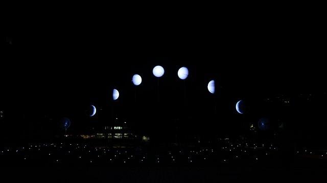 Необычная инсталляция: в небе над Тайванем можно увидеть 9 фаз луны