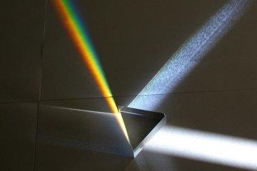 Полимерный материал заставили гнуться под воздействием лучей света.